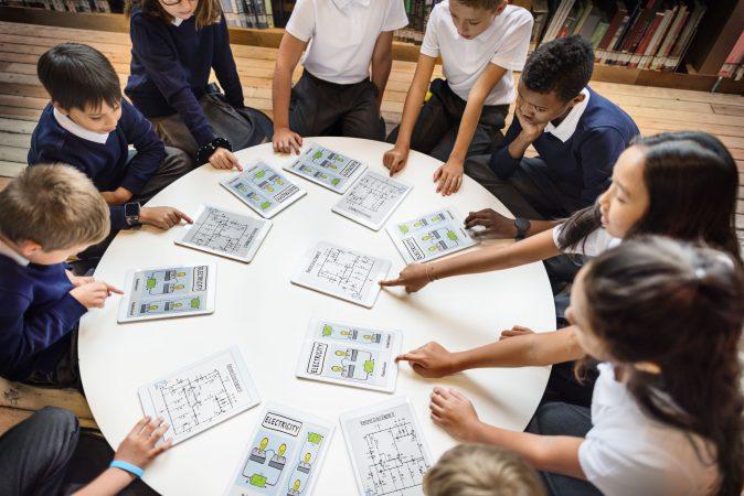 Maestro de escuela enseñando a los estudiantes el concepto de aprendizaje
